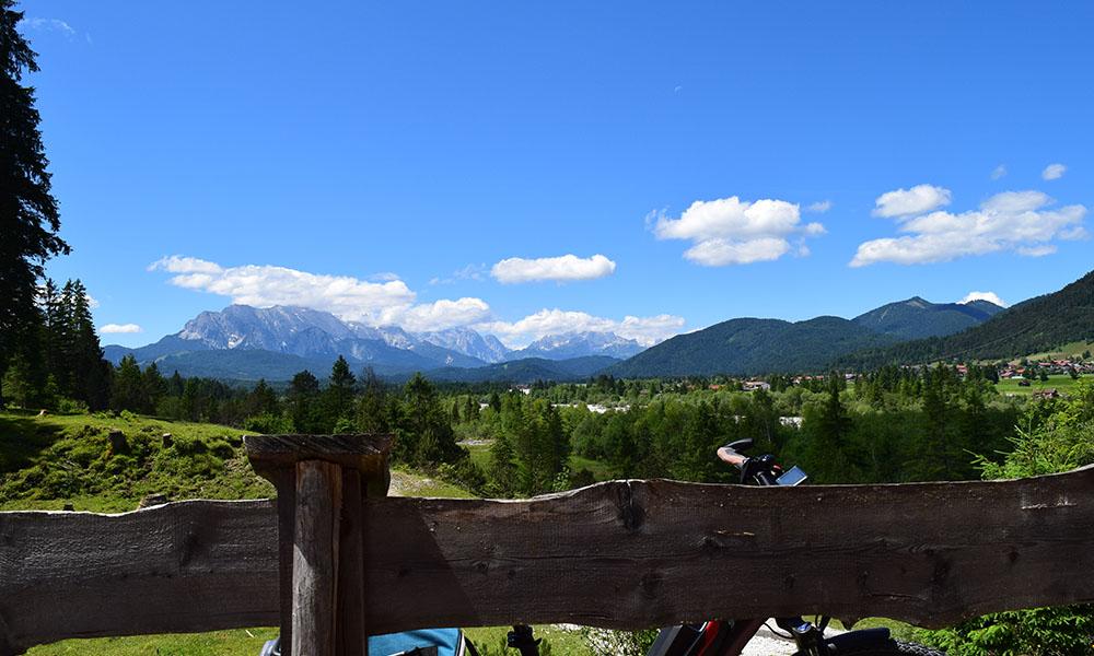 Alpenwelt Karwendel: Blick von Geigenbauort Mittenwald ins Karwendel